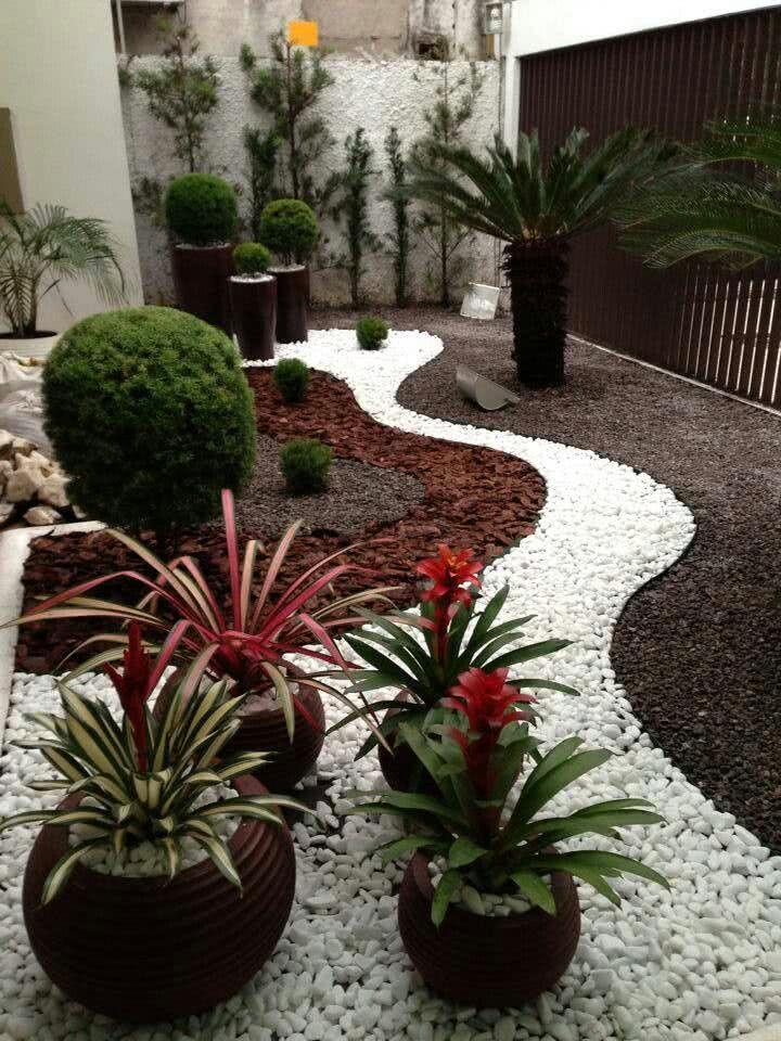 Jardim de inverno com caminho de pedras