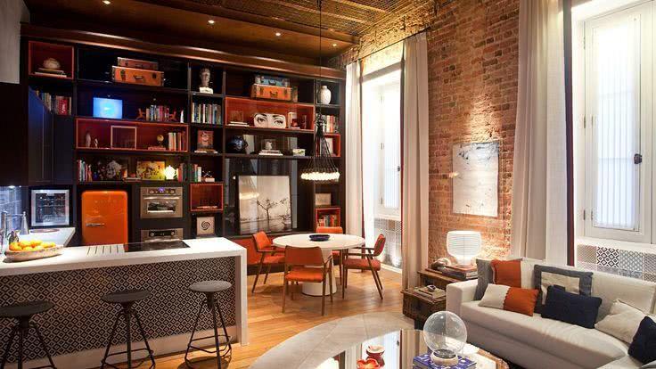 Sala De Estar Laranja E Preto ~  americana com sala de estar e jantar, preto e laranja predominantes