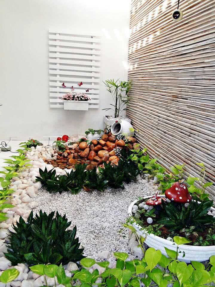 Jardim de inverno pequeno com pedras