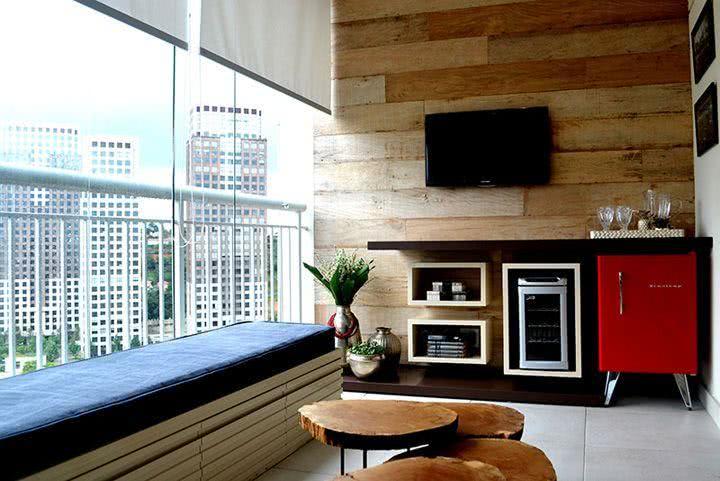 Varanda gourmet com acabamento de madeira na parede