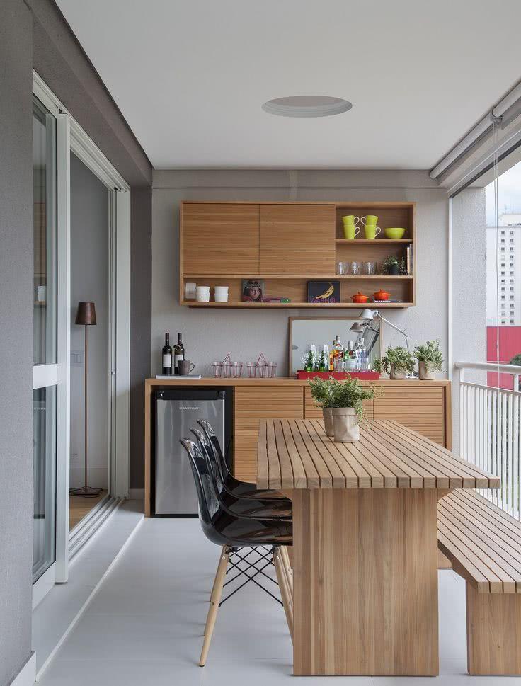Varanda gourmet elegante com móveis de madeira