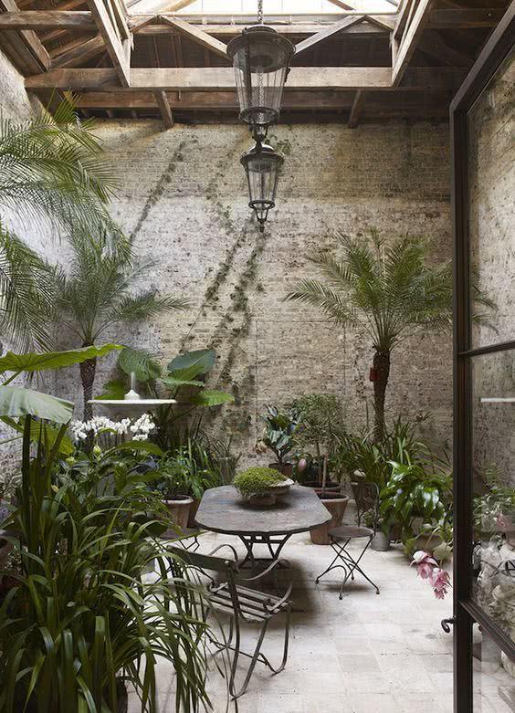 Jardim de inverno com mesa