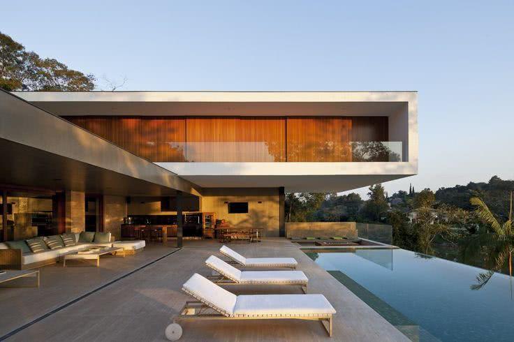 92 fachadas de casas modernas para te inspirar for Casas con piscina interior fotos
