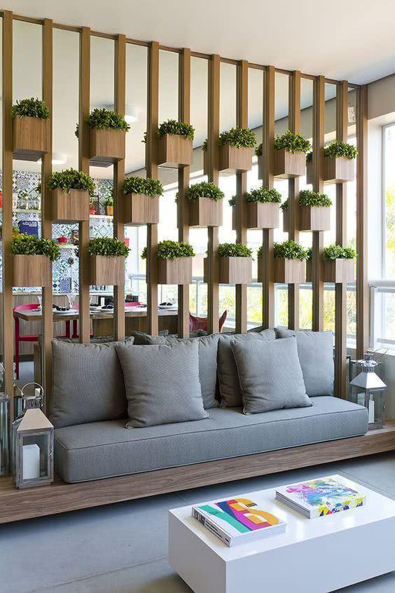 Varanda com painel de jardim vertical