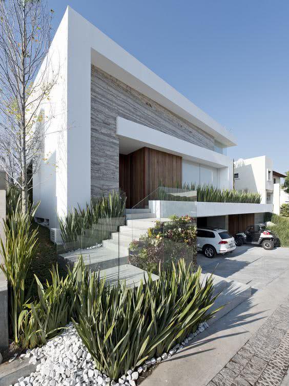 92 fachadas de casas modernas para te inspirar for Casa moderna jardines