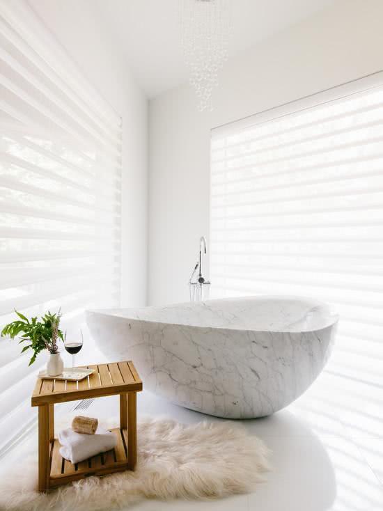 Banheiro clean com banheira de pedra