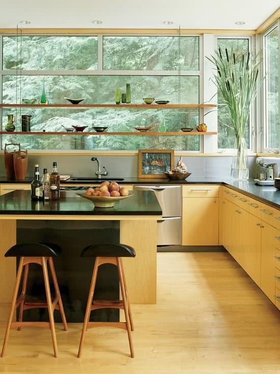 Cozinha de madeira clara com bancada preta