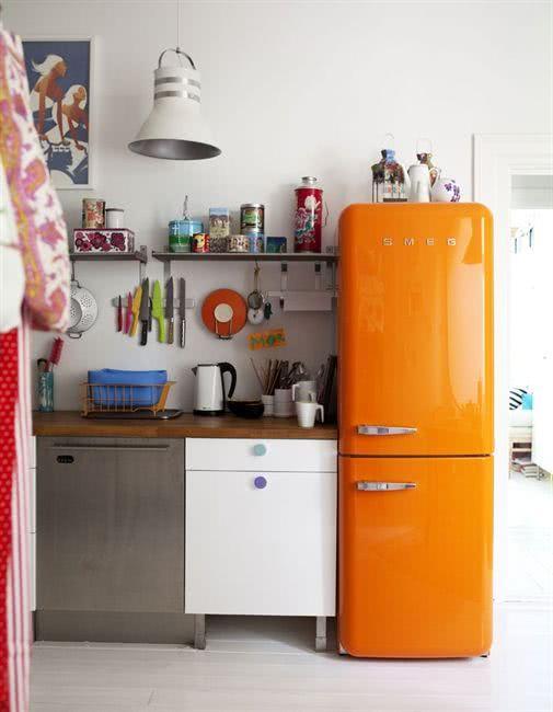Modelo de geladeira de duas portas com a cor laranja na cozinha