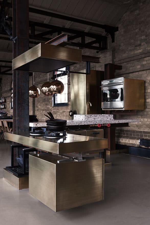 Cozinha moderna com estilo industrial e inox presente