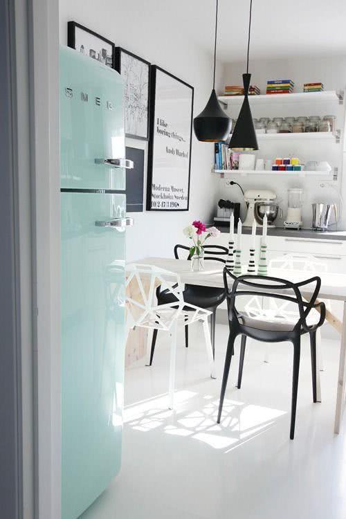 Geladeira retrô verde clara na cozinha