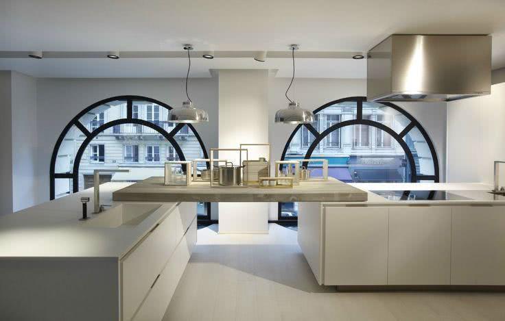 Cozinha moderna em empreendimento com janelas antigas