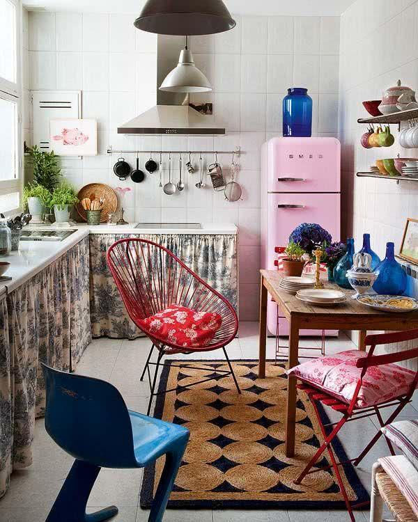 Modelo de geladeira rosa claro na cozinha