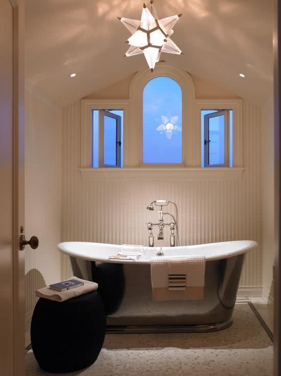 Banheira branca com revestimento em inox