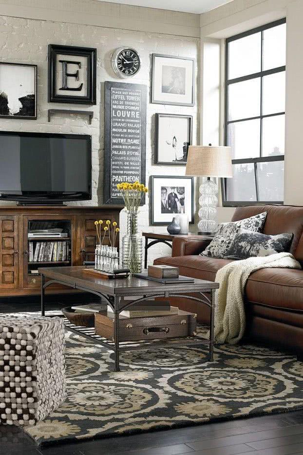 Sala clássica com TV sobre móvel antigo de madeira