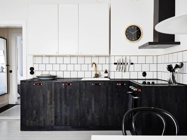 Cozinha branca com madeira escura