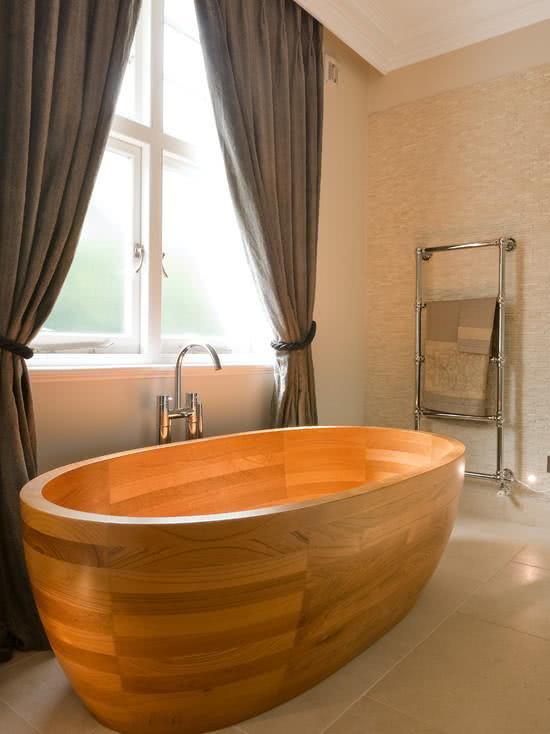 Banheira com revestimento de madeira