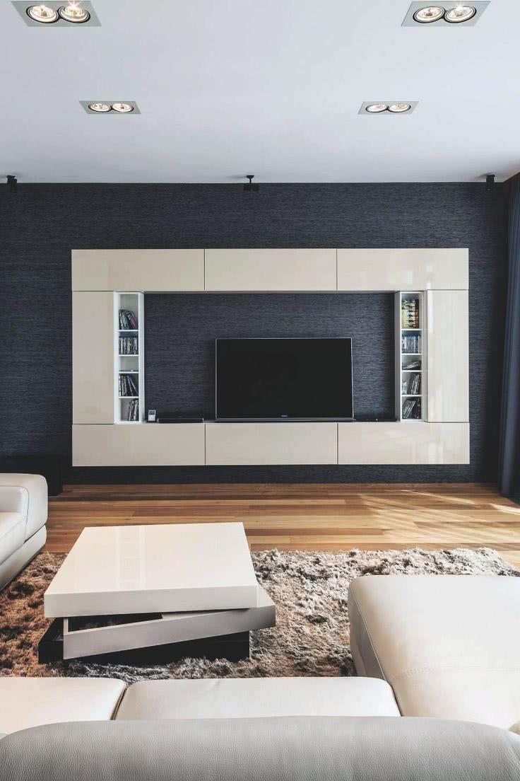 Sala com móvel retangular creme cercando a TV