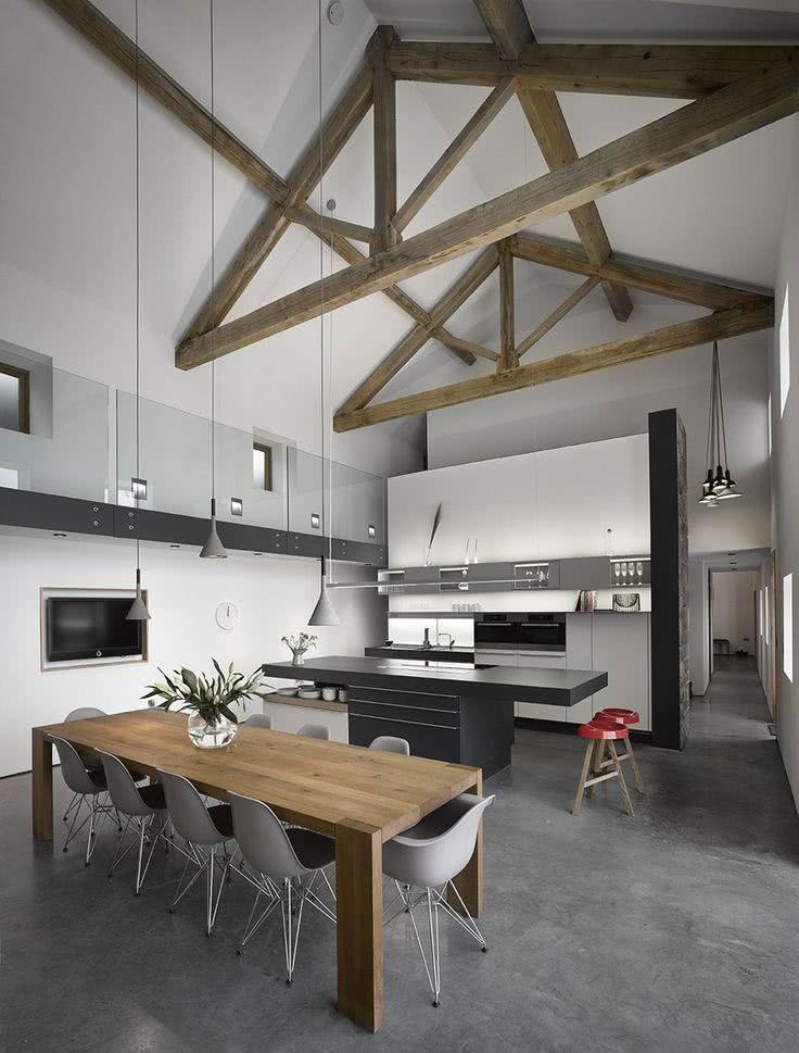 Cozinha clean com pé-direito alto e detalhes em madeira