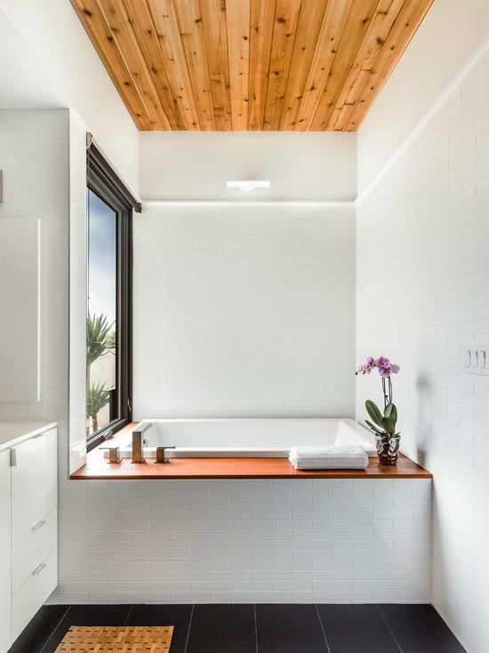 Banheira quadrada branca no canto