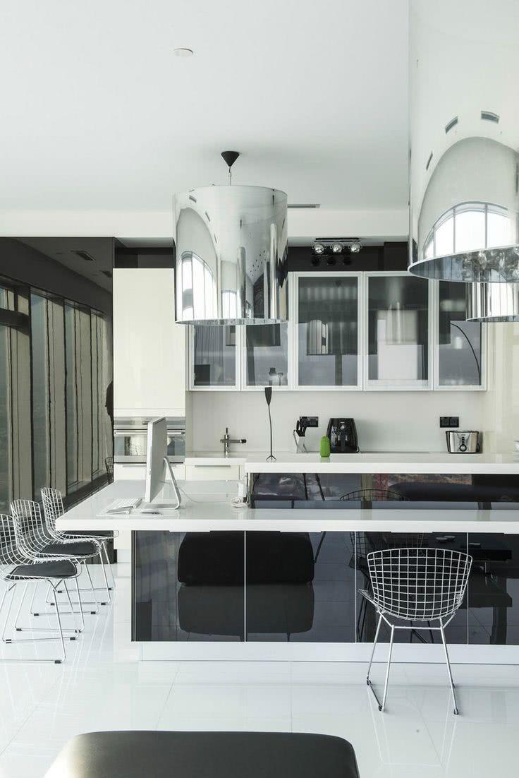 Cozinha branca com lustres espelhados