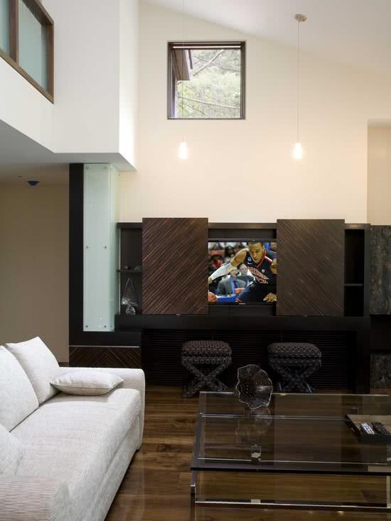 Sala com TV escondida atrás de portas deslizantes