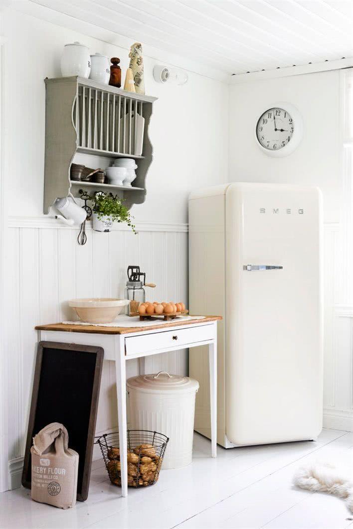 Cozinha clara com geladeira na cor creme