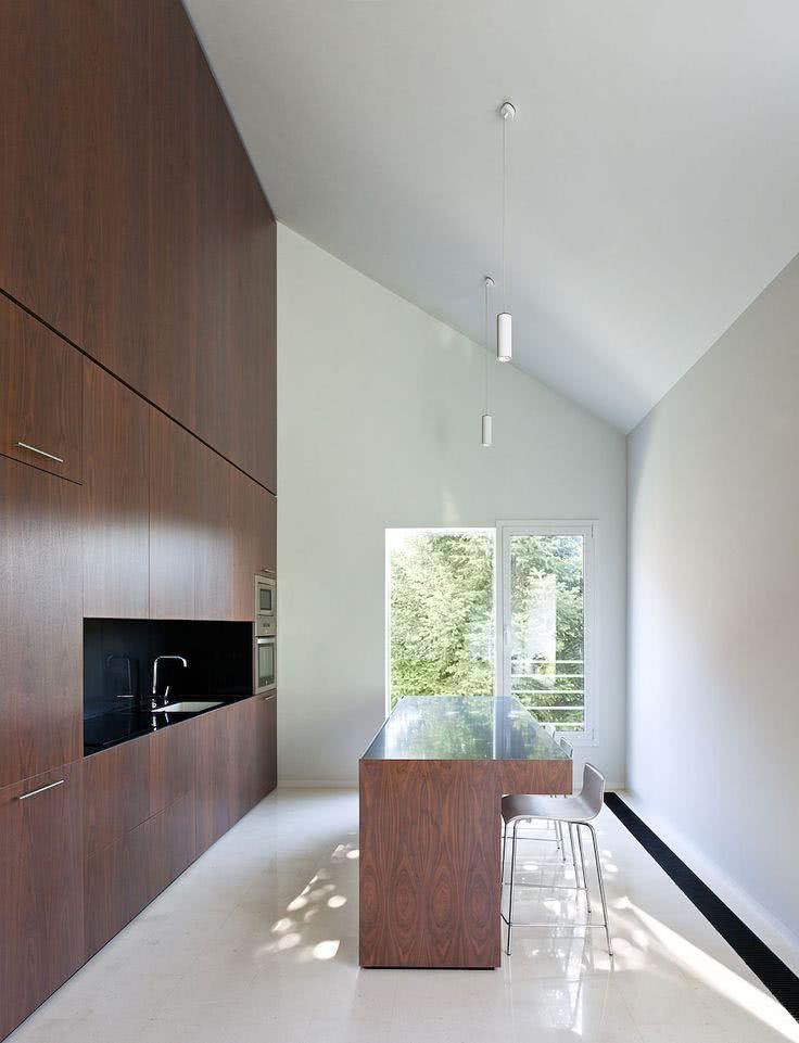 Cozinha moderna minimalista com móveis de madeira e paredes brancas