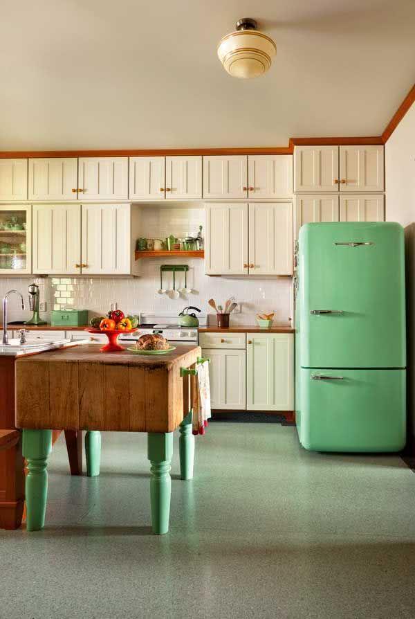 Cozinha que combina os tons de verde da geladeira com os objetos decorativos