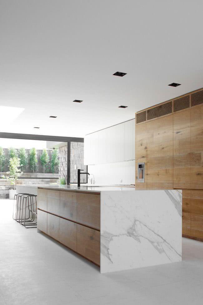 Cozinha com madeira e bancada de pedra