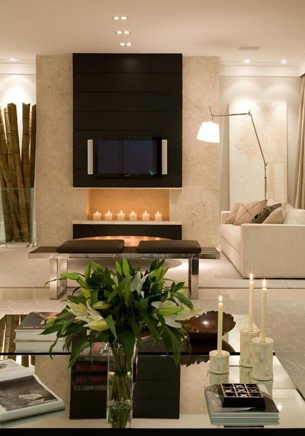 Sala com TV sobre a lareira