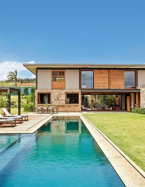 Casa de campo com piscina e gramado