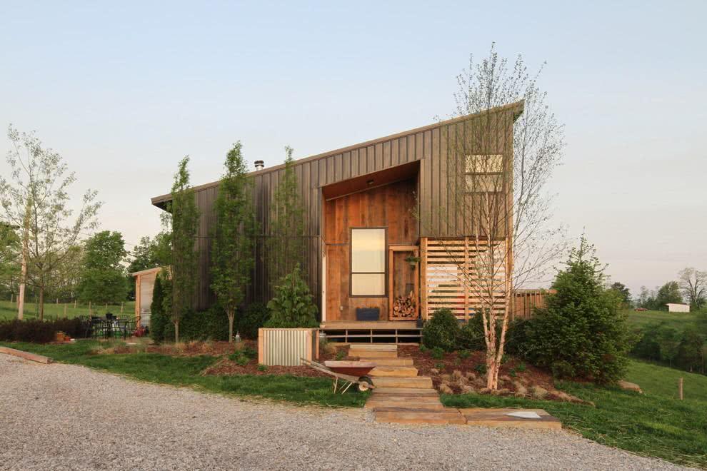 Uma bela casa de campo com telhado inclinado.