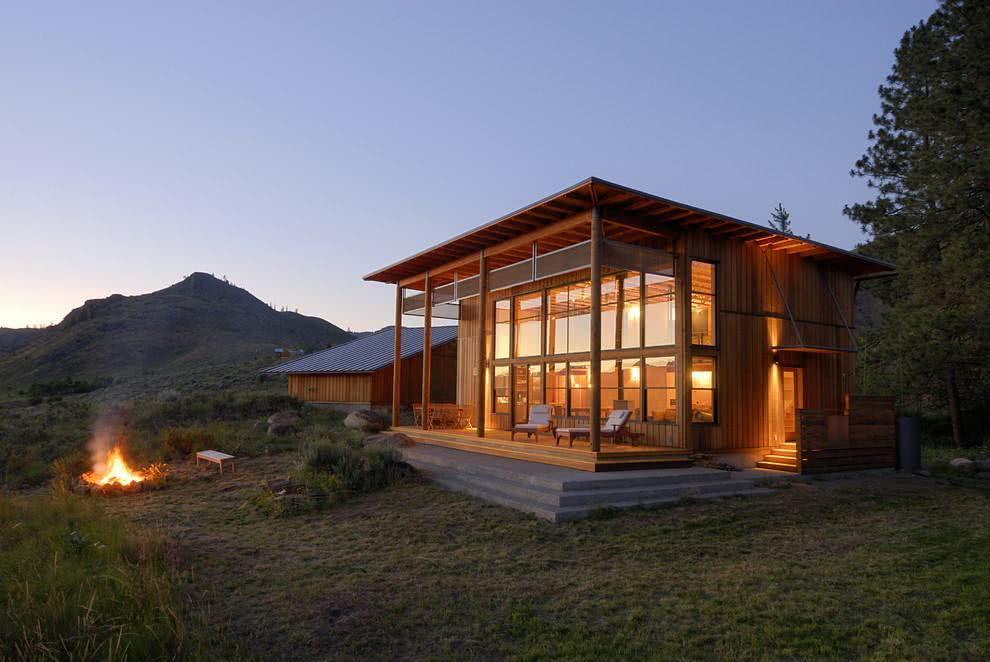 Casa no estilo cabana feita de madeira.