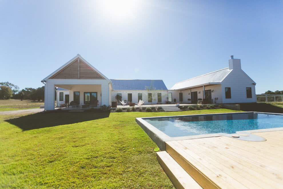 Casa de campo com estilo contemporâneo com ênfase na cor branca.
