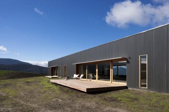 O estilo industrial é o destaque deste projeto de casa de campo.