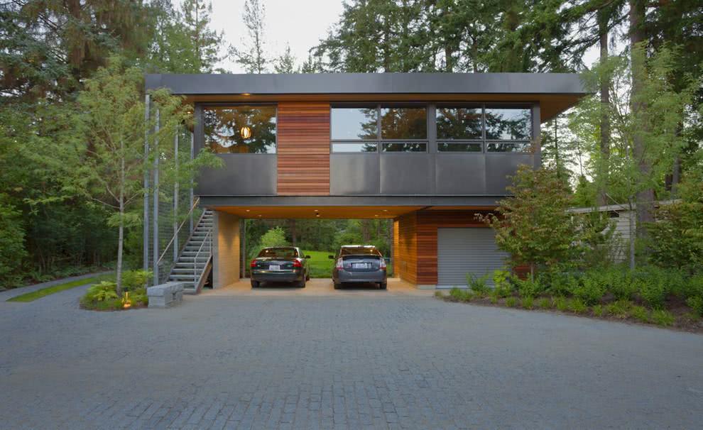 Uma perfeita combinação entre os tons grafites da fachada com a madeira em destaque.