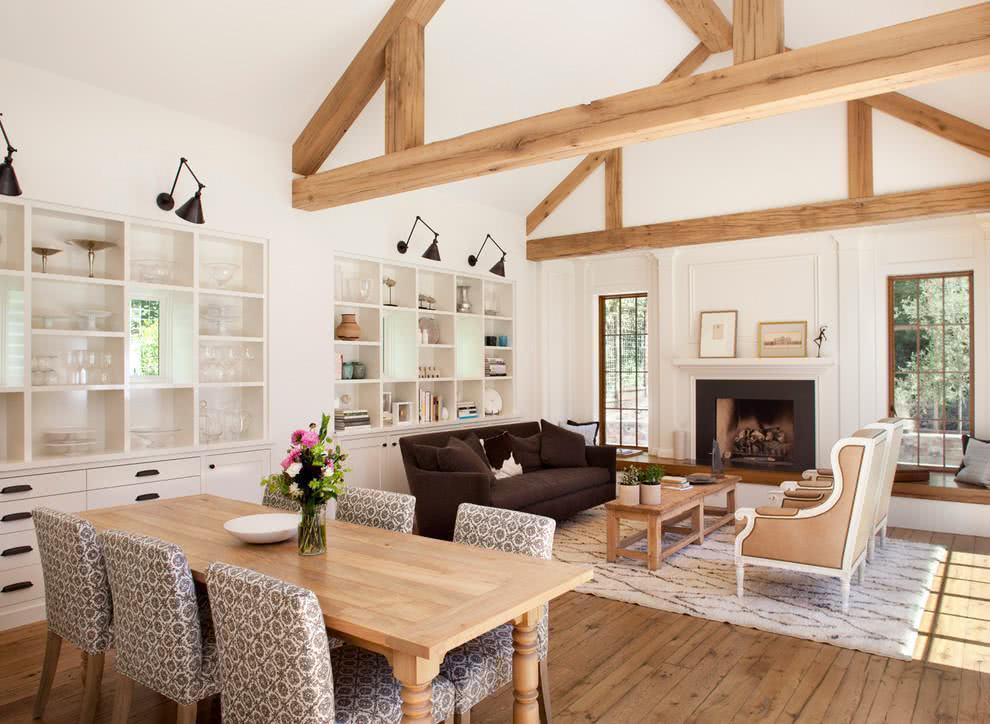 Sala clean com detalhes em madeira para uma casa de campo.