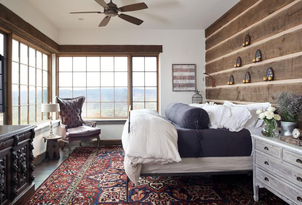 Quarto de casal com detalhes de madeira rústica, ideal para casas de campo.