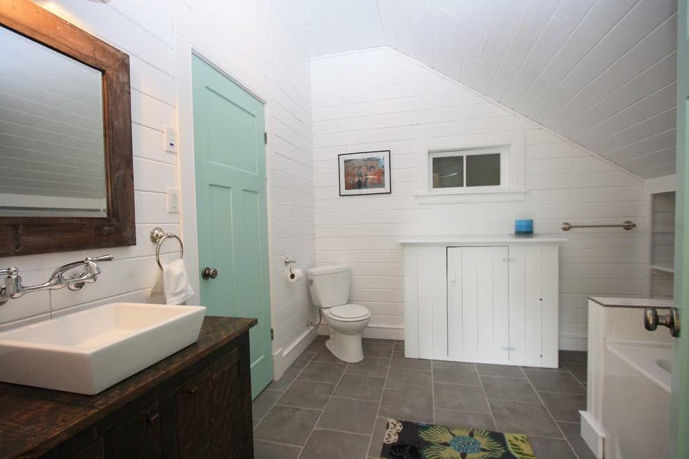 Banheiro simples em casa de campo.