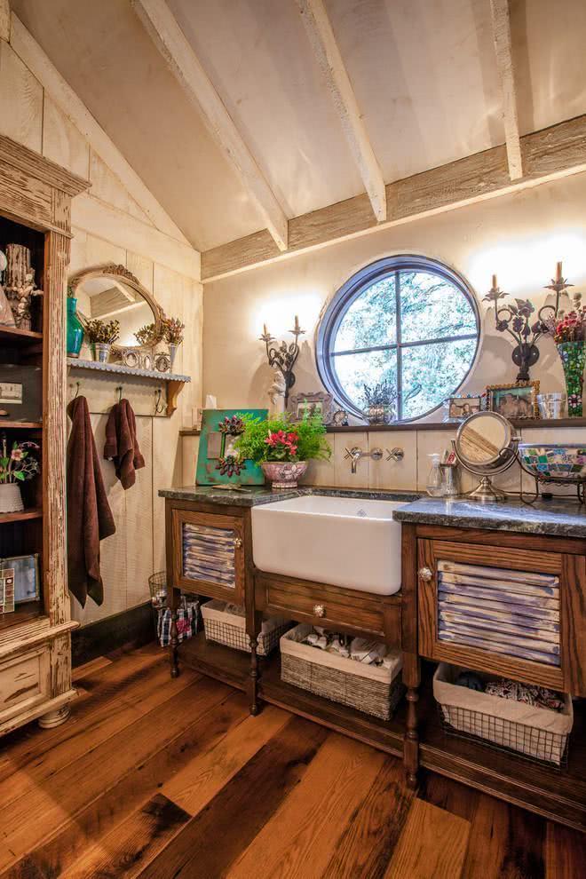 Banheiro de uma casa de campo.