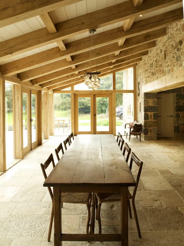 aranda com amplo espaço e destaque para a madeira.