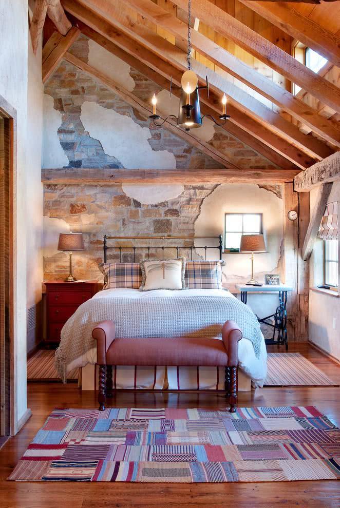Quarto com parede estilizada com a cor dos tijolos e pedaços do revestimento de tinta. Uma combinação linda!