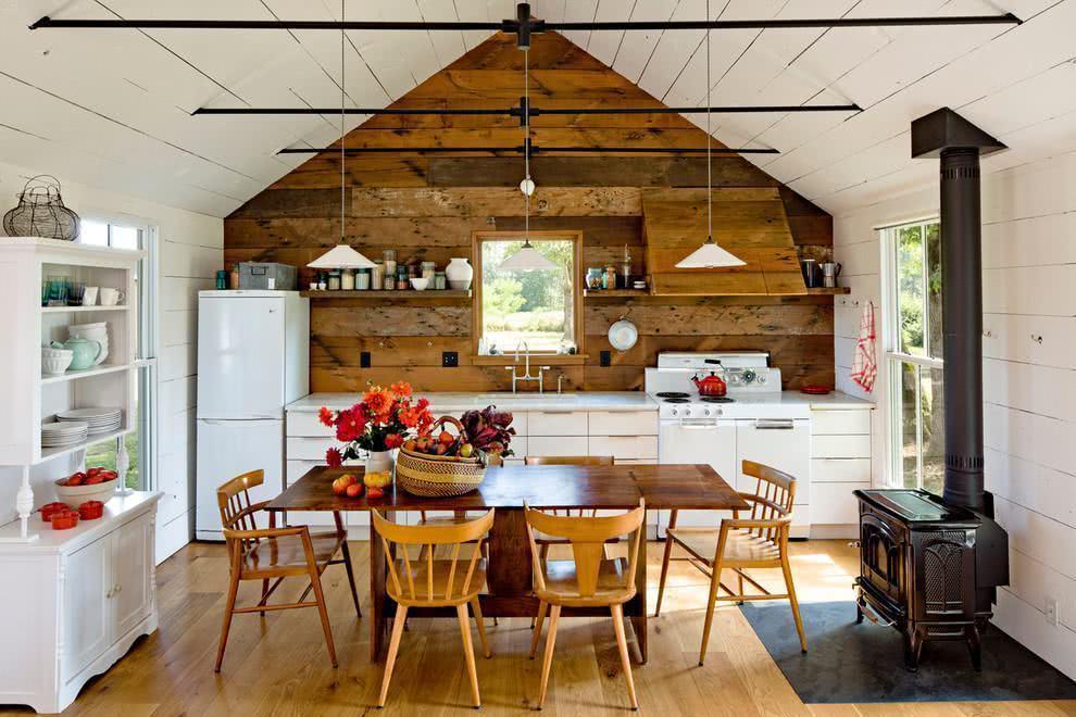 Pequena cozinha em uma casa de campo.
