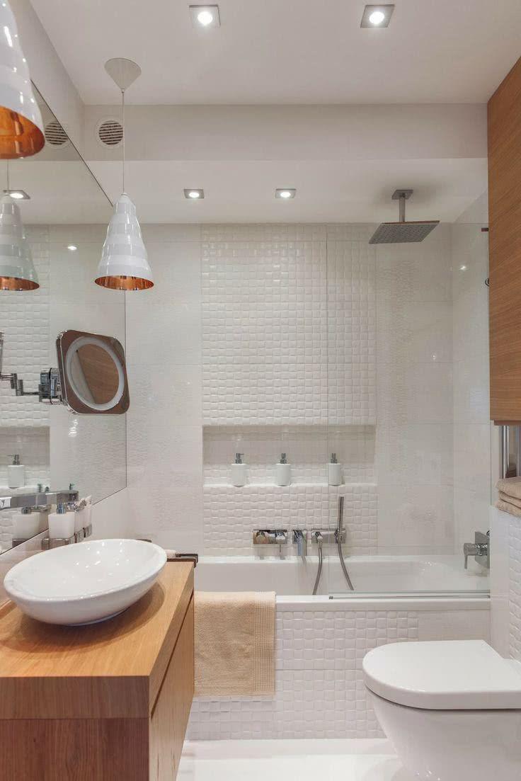 Para quem possui uma área muito pequena no banheiro pode investir em uma banheira com chuveiro junto no projeto