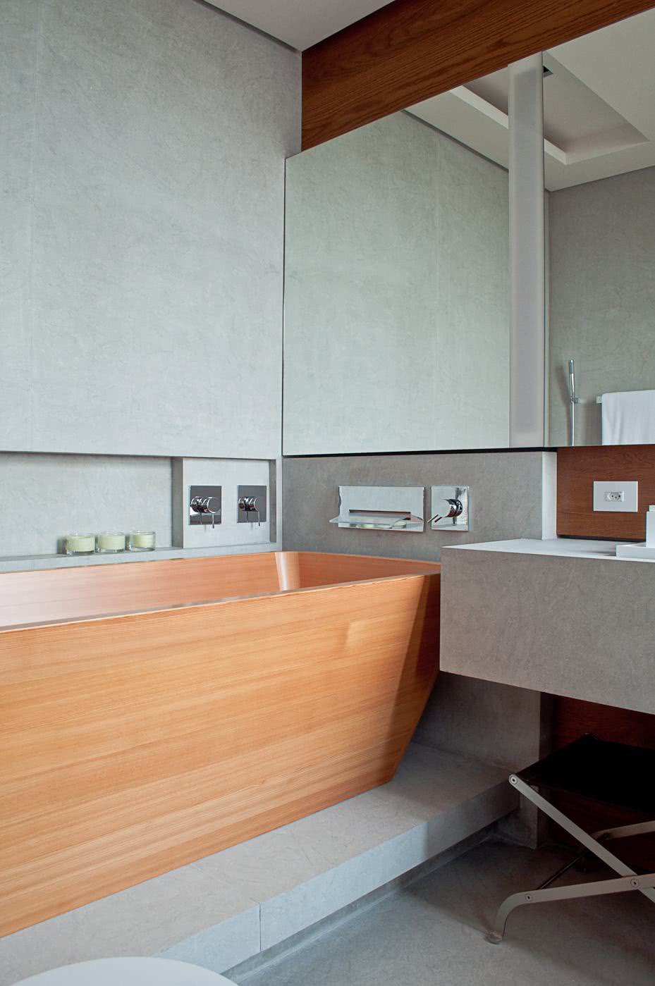 Banheiro com banheira de madeira