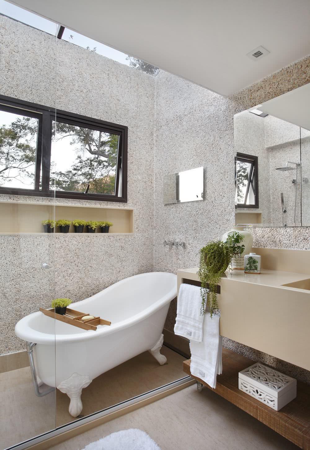 A iluminação no banheiro facilita no campo visual do ambiente