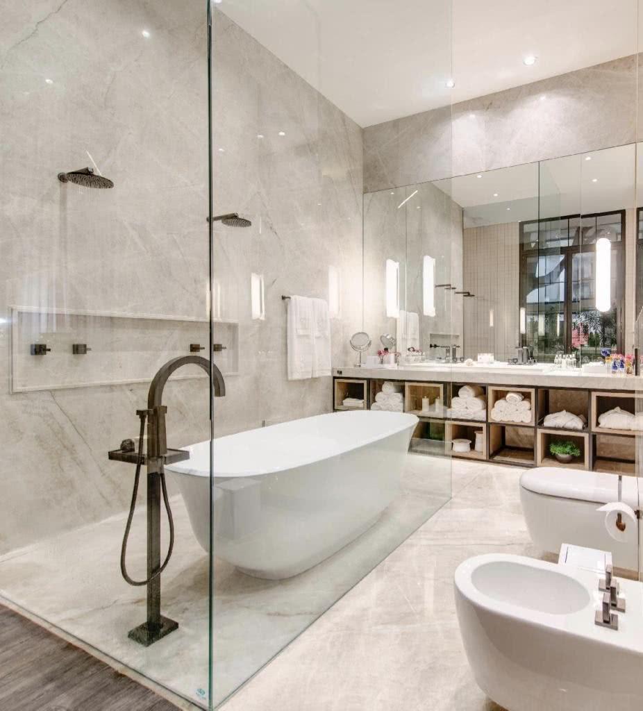Banheiro com duas duchas