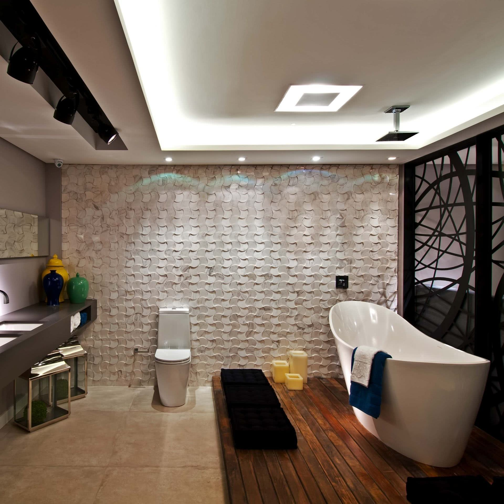 O piso com deck de madeira acompanha muito bem a proposta de banheiros modernos