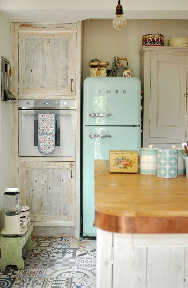Cozinha minimalista com geladeira retrô