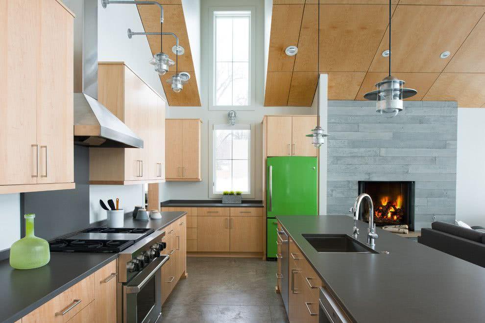 Em uma cozinha sóbria de madeira, o verde se destaca